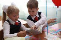 Малыши с удовольствием носят школьную форму.