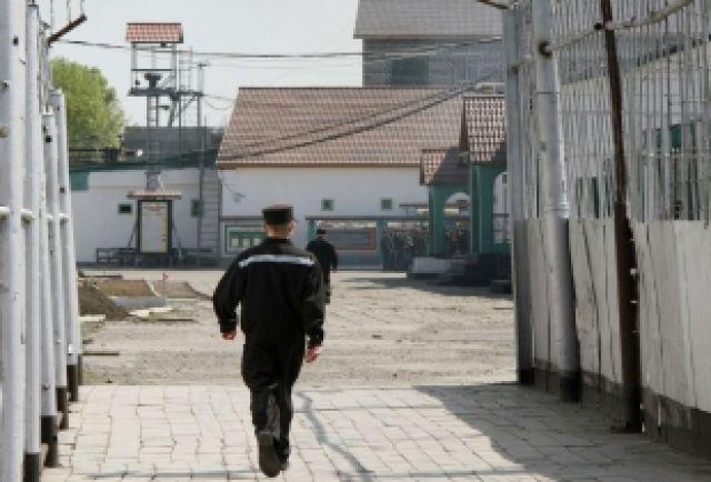 Сотрудник колонии обманом похитил более 200 тысяч рублей у осужденных