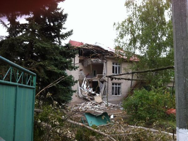 Разрушенный частный дом в Славянске