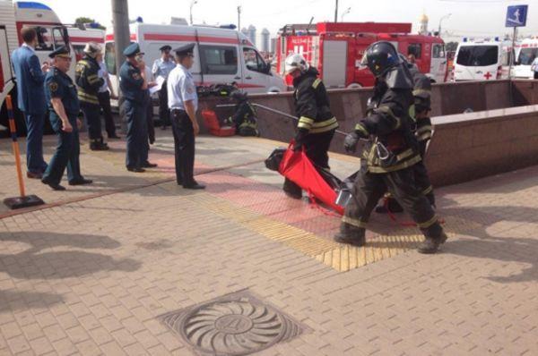 Первыми на место происшествия прибыли пожарные. В отсутствие возгорания они приступили к эвакуации пострадавших.