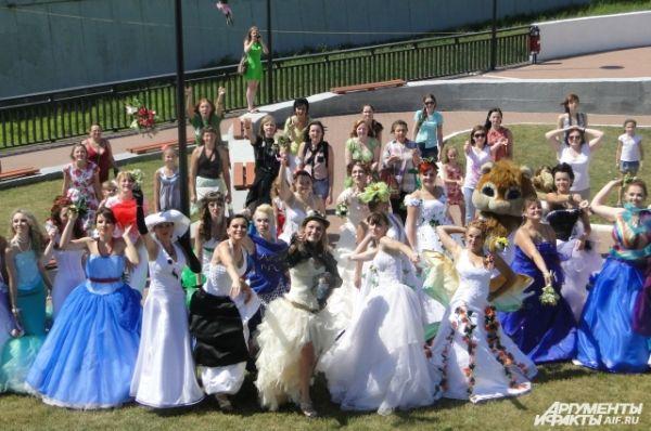 Невесты бросают букеты: одни – назад, стоящие ближе – в фотографов. Это последний фестивальный этап. Далее у участниц началось свободное время