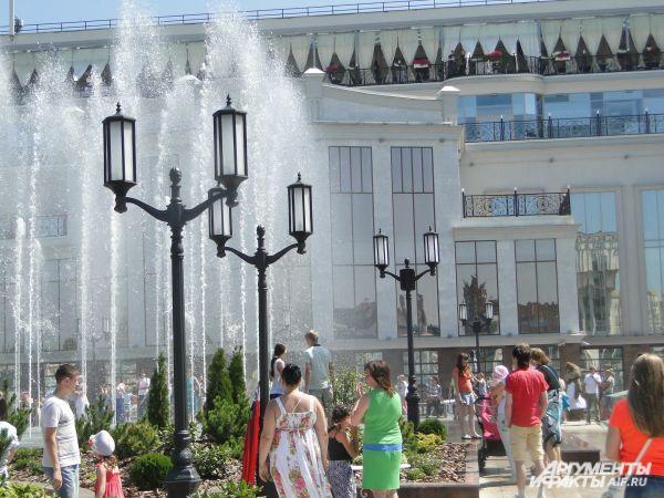 Пока невесты прибывали на площадь, фонтан «танцевал» под музыку