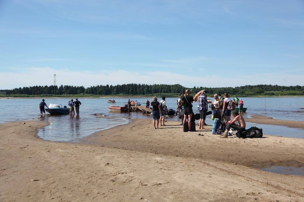 К месту проведения фестиваля гости добирались на лодках.