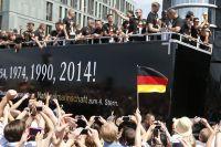 Сборная Германии с кубком мира в Берлине.
