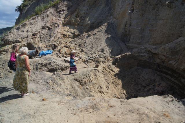 Женщина оказалась погребена под слоем песка и глины в яме, которую вырыли «чёрные копатели».