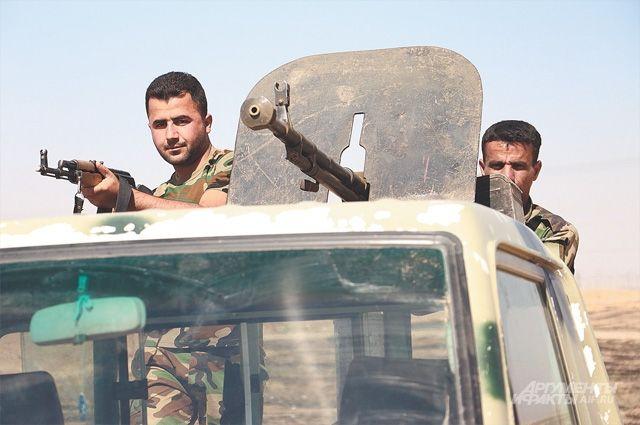 Бойцы курдского ополчения в Ираке на линии фронта с исламистами.