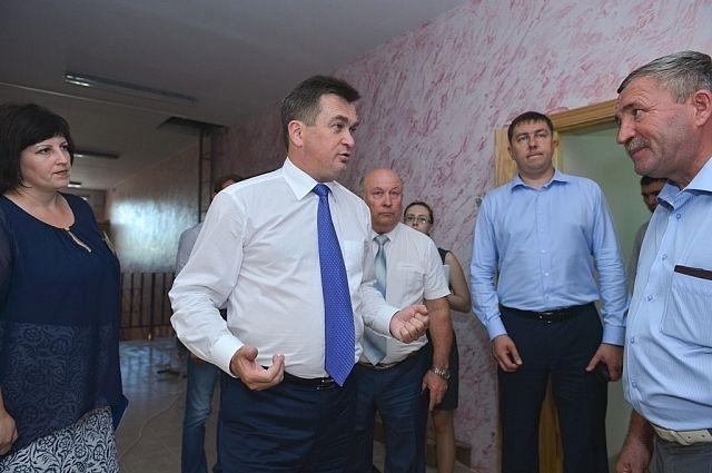 Владимир Миклушевский беседует с жителями Анучинского района.