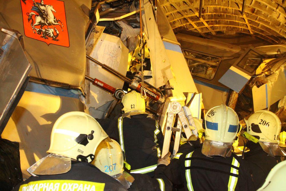 Вертолёты Московского авиацентра доставляют пострадавших в больницы.