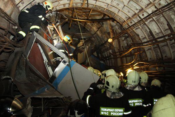 После аварии пассажиров начали выводить через тоннели станции «Парк Победы». Ситуация усугублялась нехваткой кислорода.