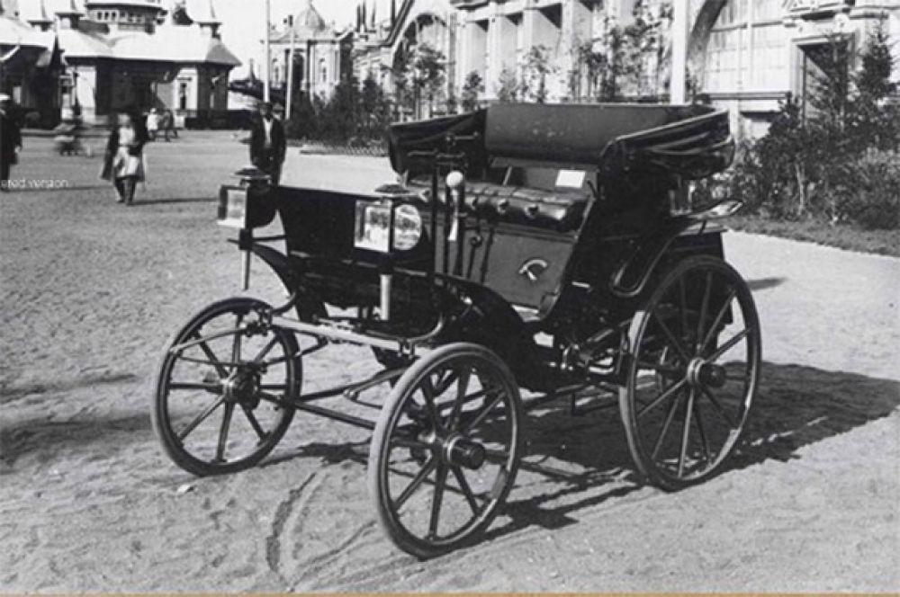 Российское автомобилестроение стартовало 16 июля 1896 года – свой автомобиль показали Евгений Яковлев и Пётр Фрезе. Яковлев изготовил на своём заводе двигатель и трансмиссию, в то время как ходовой частью и колёсами занималась фабрика Фрезе. Неизвестно, сколько экземпляров машины было выпущено, однако достоверно известно, что задумывалась она как коммерческих продукт массового производства.