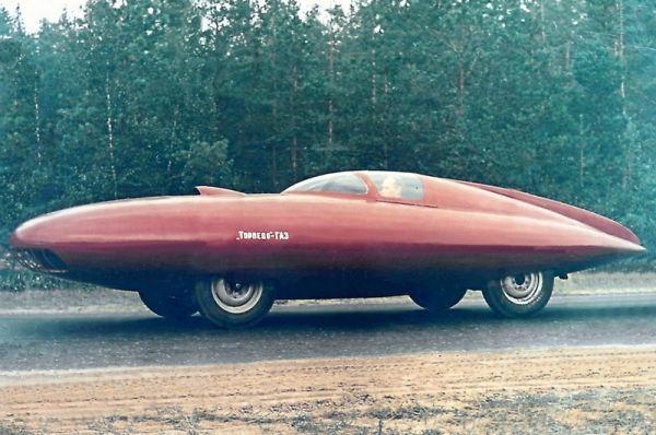 «Торпедо-ГАЗ» был построен легендарным конструктором Горьковского автозавода Алексеем Смолиным на основе знаменитой «Победы». Первоначально была создана машина ГАЗ-СГ1 – гоночная «Победа» с открытым кузовом, но позже инженеры решили пойти ещё дальше. Для автомобиля по авиационным технологиям разработали полностью обтекаемый кузов, объём двигателя увеличили до двух с половиной литров. При мощности мотора в 105 лошадиных сил СГ2 «Торпедо-ГАЗ» разгонялась до 190 км/ч.