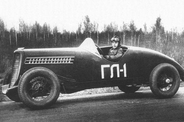 Эксперименты по созданию гоночных автомобилей продолжились в стране после Первой Мировой войны и Октябрьской революции. Так на заводе ГАЗ в 1938 году разработали автомобиль «ГЛ1». Аркадий Николаев на этой машине побил союзный рекорд скорости, проехав один километр с хода со средней скоростью 147.84 км/ч. Двумя годами позже доработанная версия «ГЛ1» развила скорость свыше 160 км/ч. Впрочем, дальнейшие работы над автомобилем были прекращены из-за начала Великой Отечественной войны, а спроектированные для него двигатели устанавливались на танки.