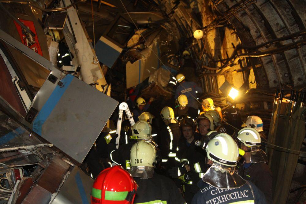 В общей сложности сотрудниками пожарной охраны и спасателями эвакуированы порядка двухсот человек.