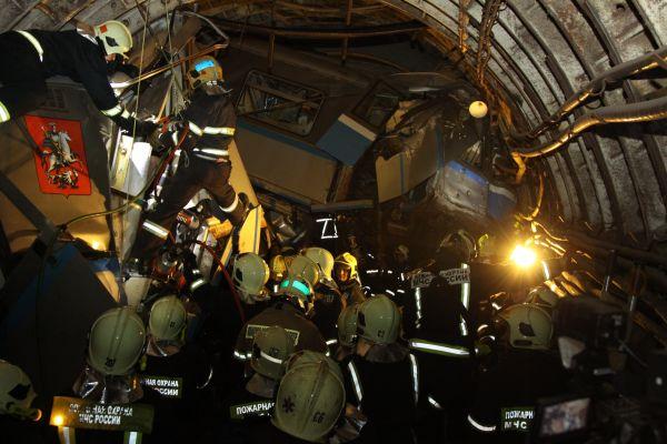 У станции «Парк Победы» продолжают работать 25 пожарно-спасательных подразделений, а также несколько вертолётов.