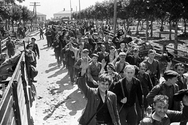 Белорусские партизаны возвращаются домой. 1944 год.