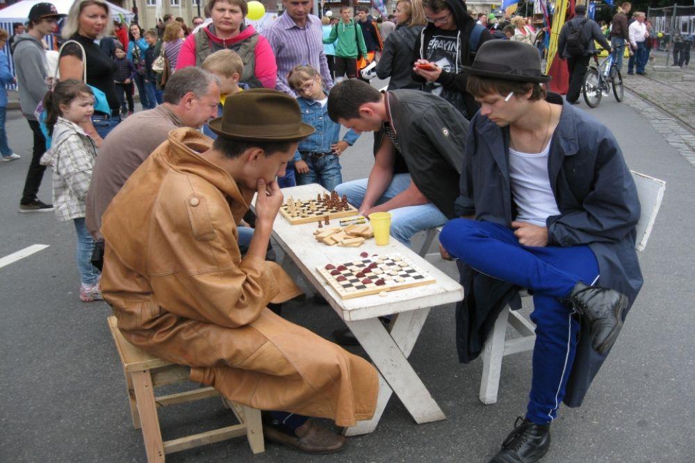 ... сыграть в шахматы...