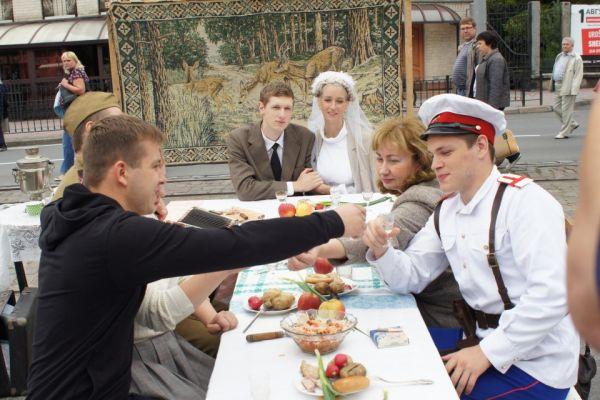 На пешеходной зоне горожанам предложили окунуться в прошлое и погулять на советской свадьбе...
