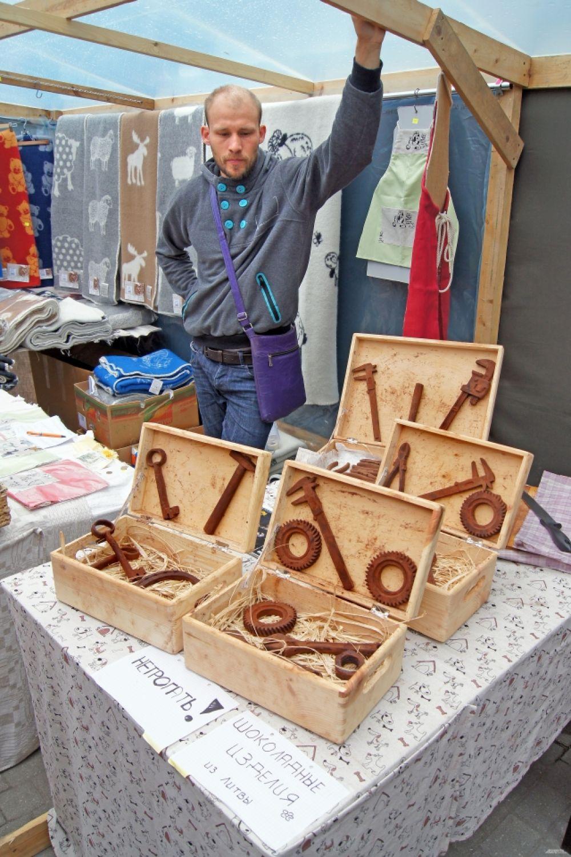 На вид это - старые ржавые железяки. А на самом деле - произведения шоколадного искусства мастера из Литвы.