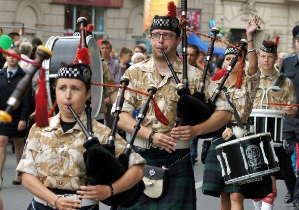 Ансамбль волынщиков приглашают на праздник каждый год.
