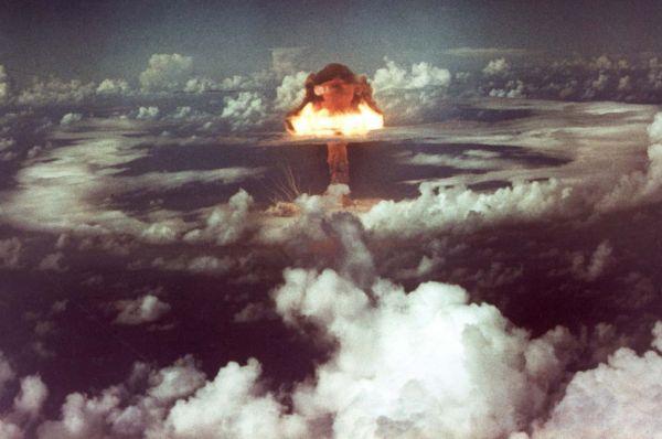 Через две недели американцы устроили ещё более мощный взрыв. Испытания бомбы «Иви Кинг» проходили неподалёку от атолла Эниветок в Тихом океане. Облако после детонации поднялось на высоту 22 километров. После испытаний ведущий конструктор «Иви Кинг» Тед Тэйлор стал активным пропагандистом ядерного разоружения.