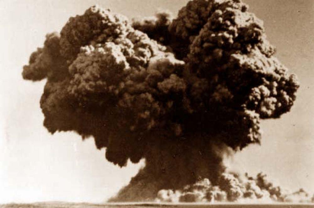 В октябре 1952 года первые ядерные испытания провела Великобритания. 25-килотонная бомба была взорвана на борту фрегата близ австралийских островов Монте-Белло. Взрыв полностью уничтожил корабль, некоторые части которого были испарены энергией взрыва. Брызги расплавленного метала вызвали на близлежащих островах пожары, а в морском дне образовалась воронка глубиной шесть метров. Облако взрыва достигло высоты трёх километров.