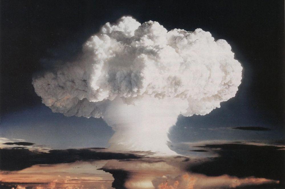 Не прошло и месяца как США провели первые в истории испытания термоядерногого устройства. Правда, бомба «Иви Майк» изначально не предназначалась для военных целей и была построена лишь для экспериментальной проверки «двухступенчатой» конструкции бомбы. Взрыв полностью уничтожил группу небольших островов Элугелаб и вызвал сильное заражение местности, а нейтронный поток в момент вспышки спровоцировал появление радиоактивных эйнштейния и фермия.