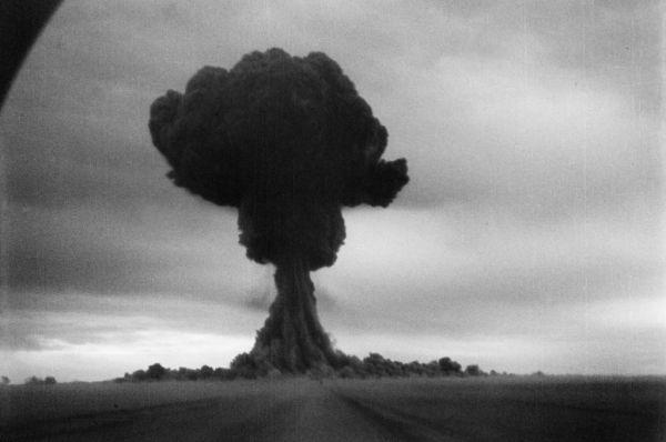 Первые советские испытания атомного оружия прошли уже после Второй Мировой войны. В августе 1949 года на Семпиалатинском полигоне была взорвана РДС-1, 22-килотонная атомная бомба весом в 4,6 тонны. Взрыв полностью уничтожил 37-метровую башню, на которую установили бомбу, а вокруг образовалась воронка диаметром три метра и глубиной полтора метра. На расстоянии километра от эпицентра взрыва с разницей в 500 метров были установлены десять машин «Победа» - каждая из них полностью сгорела.