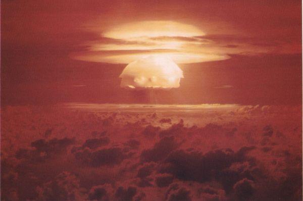 Американцы провели свои последние ядерные испытания в 1954 году на Маршалловых островах. Энерговыделение бомбы «Кастл Браво» составило 15 мегатонн, в два с половиной раза превысив расчётные данные. Уже через минуту грибовидное облако достигло высоты в 15 километров, а спустя пять минут оно находилось уже на высоте 40 км. После взрыва на некоторых участках морского дна образовались воронки – их из космоса фотографировали телескопы NASA. Это был самый мощный взрыв в истории США.