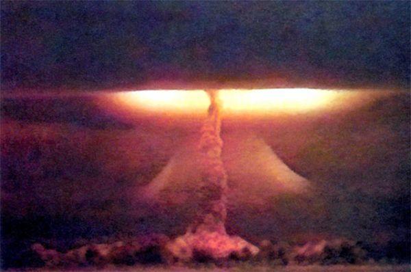 Годом позже советские учёные доработали конструкцию бомбы, и на свет появилась РДС-37, двухступенчатая термоядерная бомба. Мощность взрыва составила 1,6 мегатонн – это был первый в истории СССР взрыв, энерговыделение которого превысило одну мегатонну. Ударной волной были разрушены постройки на полигоне и разрушили несколько жилых зданий Семипалатинска, что привело к гибели двух человек, включая трёхлетнюю девочку. В общей сложности ранения от осколков и обломков получили 26 человек.