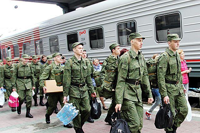 Призывники отправляются к месту службы на поезде.