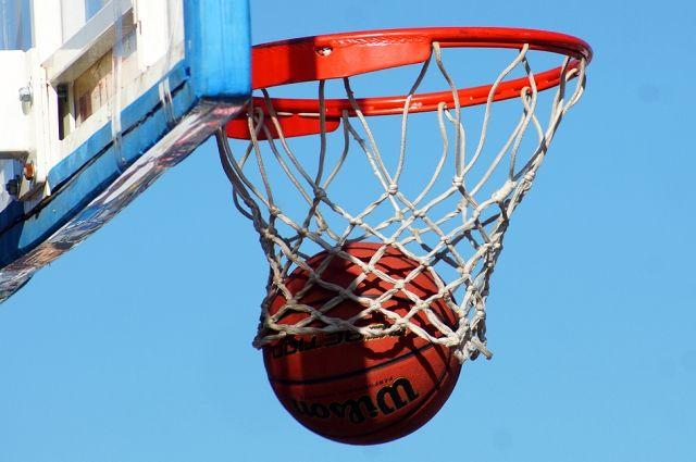Щит с баскетбольным кольцом упал на мальчика.