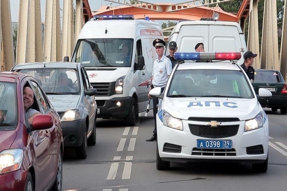 Спасатели и полицейские оперативно перекрыли дорогу.