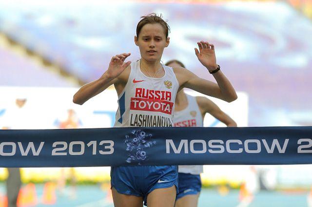 Елена Лашманова на финише соревнований по спортивной ходьбе на дистанции 20 км среди женщин на чемпионате мира. 2013 год.
