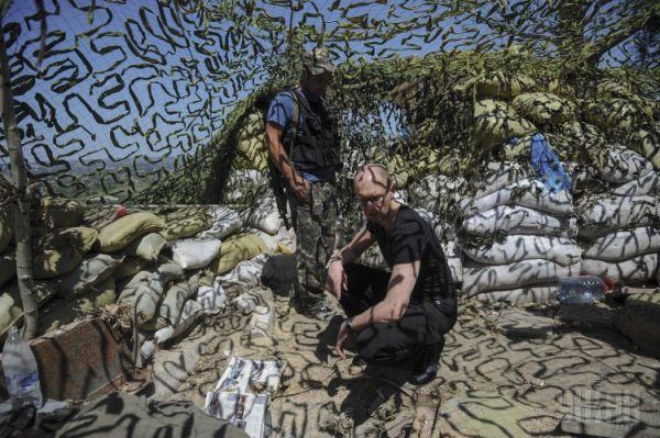 Премьер-министр Украины Арсений Яценюк побывал на горе Карачун, где боевики разрушили телебашню