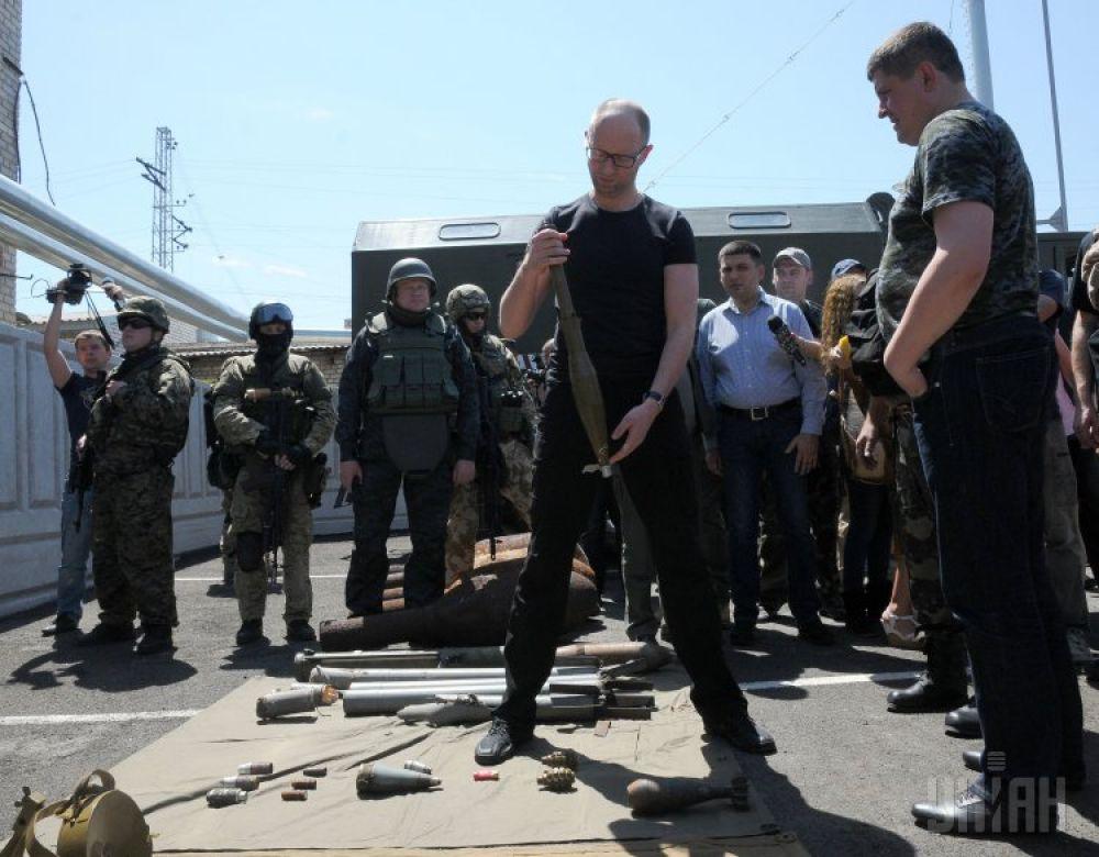 Глава правительства рассматривает боеприпасы, найденные недалеко от Славянска