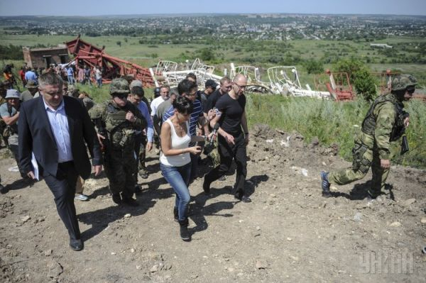 Арсений Яценюк вместе с украинскими силовиками и журналистами посетил телевышку на горе Карачун