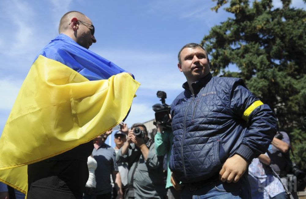 Житель Славянска Донецкой области дарит флаг Украины премьер-министру Украины Арсению Яценюку