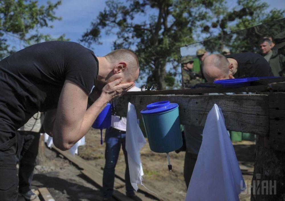 Арсений Яценюк посетил базу Национальной гвардии на Донбассе