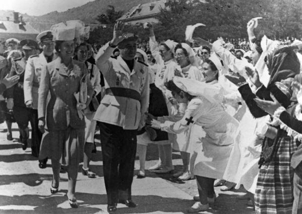 После падения Испанской республики с 1939 года в стране установилась диктатура Франко. Она просуществовала до 1975 года. За гражданскую войну погибло 320 тысяч республиканцев и 130 тысяч националистов.
