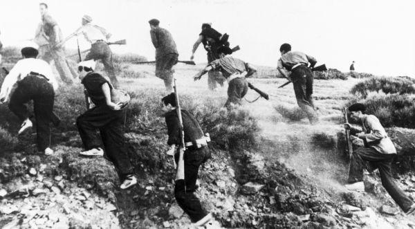 23 декабря 1938 года началось наступление Северной армии на Каталонию, меньше чем через месяц она была лишена автономного статуса. Члены высшего военного командования Испанской республики, осознавая грядущую победу националистов, стали вступать в контакт с противником,  требуя  почётных условий сдачи республиканских войск.