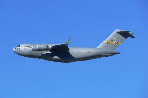 Boeing C-17 Globemaster III. Американский стратегический военно-транспортный самолёт был разработан компанией McDonnell Douglas в 1980-е годы. Он способен перевозить 102 снаряжённых военнослужащих, 48 носилок с ранеными, 3 вертолёта AH-64 «Апач», десантируемые платформы с бронетехникой. Стоимость одного самолета – 316 миллионов долларов. На вооружении в разных станах мира находится 256 таких самолетов.