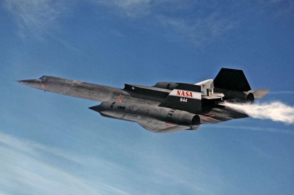 SR-71 Blackbird («Черный дрозд»). Стратегический сверхзвуковой разведчик ВВС США совершил первый полет в 1964 году, а в 1998-м был снят с вооружения. На данный момент этот самолет является самым быстрым в мире: его максимальная скорость составляет более 3 скоростей звука, порядка 3540 км/ч. Программа была засекречена, и о стоимости одного самолета можно только догадываться. Общая цена программы разработки составила порядка 1 млрд долларов.