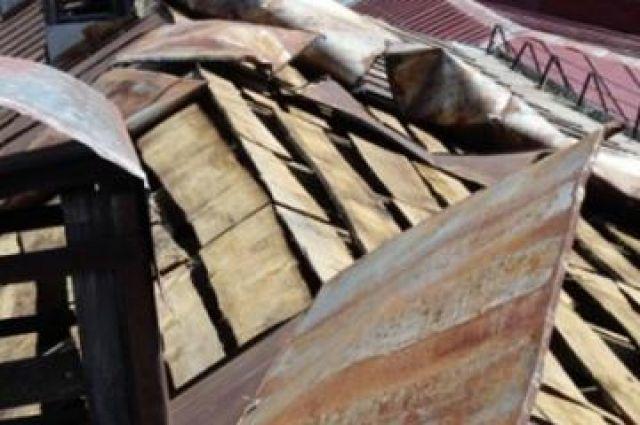 Шквалистый ветер повредил крыши зданий и домов в Еткульском районе