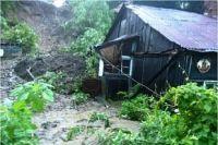 Частично разрушенный дом на улице Абрековской.