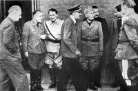 Слева на право: министр иностранных дел Германии Иоахим фон Риббентроп, рейхсляйтер Мартин Борман, рейхсмаршал Герман Геринг, фюрер Адольф Гитлер, дуче Бенито Муссолини около квартиры А. Гитлера после попытки покушения на него 20 июля 1944 года.