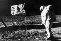 Один из снимков, сделанных Армстронгом на Луне.