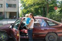Малыш просидел в запертой машине больше часа.