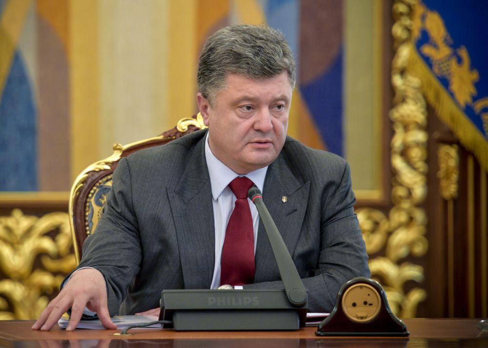 Петр Порошенко во время встречи с представителями СНБО
