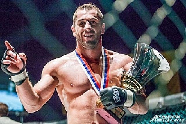 Багама Никабагамаев c чемпионским кубком.