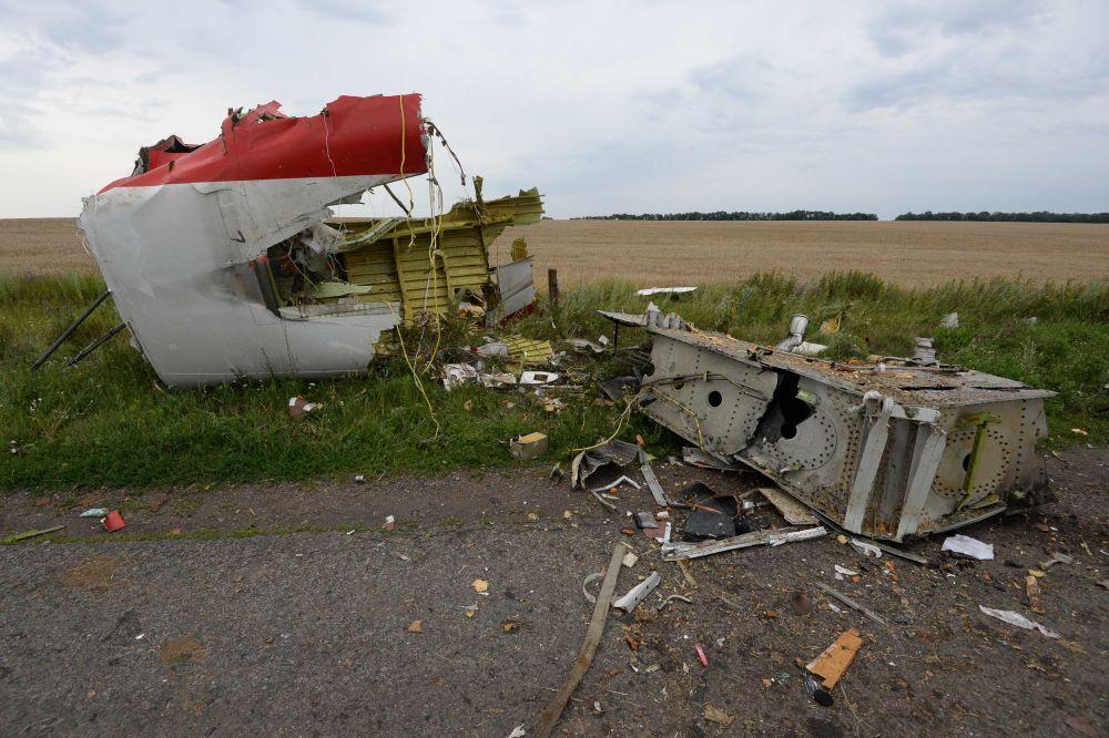Обломок сбитого боевиками самолета